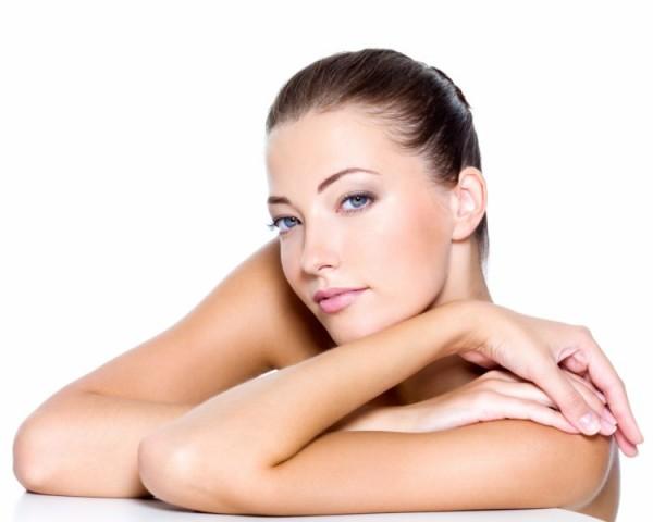 Podczas zabiegu mikrodermabrazji dochodzi do usunięcia najbardziej zewnętrznych, obumarłych komórek naskórka, co pobudza podział, wzrost i odnowę w głębszych warstwach i przynosi dobry efekt kosmetyczny./ fot. Fotolia