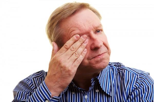 Opadanie powieki często świadczy o uszkodzeniu nerwu okoruchowego, natomiast dwojenie widzenia może oznaczać porażenie mięśni gałkoruchowych/ fot. Fotolia